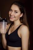 Ritratto di giovane bella donna con capelli biondi e la bottiglia di acqua lungamente bagnati di sport Fotografia Stock