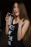Ritratto di giovane bella donna con capelli biondi e la bottiglia di acqua lungamente bagnati di sport Fotografie Stock