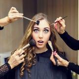 Ritratto di giovane bella donna con capelli biondi ricci lunghi dentro immagine stock
