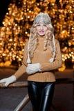 Ritratto di giovane bella donna con capelli giusti lunghi all'aperto in un giorno di inverno freddo. Bella ragazza bionda in vesti Immagini Stock Libere da Diritti