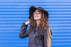 Ritratto di giovane bella donna con il cappello e i sunglas alla moda Fotografia Stock