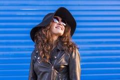 Ritratto di giovane bella donna con il cappello e i sunglas alla moda Fotografia Stock Libera da Diritti