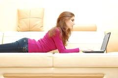 Ritratto di giovane bella donna con il computer portatile Fotografie Stock