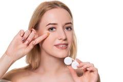 Ritratto di giovane bella donna con la lente di occhio naturale del contatto e di trucco a disposizione Primo piano della tenuta  immagine stock libera da diritti