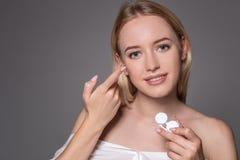 Ritratto di giovane bella donna con la lente di occhio naturale del contatto e di trucco a disposizione Primo piano della tenuta  fotografia stock libera da diritti