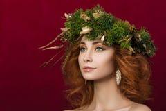 Ritratto di giovane bella donna dai capelli rossi Fotografie Stock Libere da Diritti