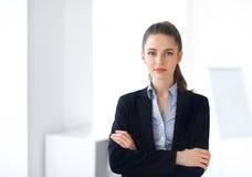Ritratto di giovane bella donna di affari nell'ufficio fotografia stock libera da diritti