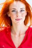 Ritratto di giovane bella donna di redhead Fotografie Stock