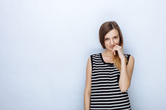 Ritratto di giovane bella donna felice in camicia a strisce che posa per le prove di modello contro il fondo bianco dello studio Immagine Stock Libera da Diritti