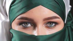 Ritratto di giovane bella donna musulmana archivi video