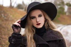 Ritratto di giovane bella donna nel retro stile black hat Fotografie Stock Libere da Diritti