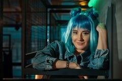 Ritratto di giovane bella donna di schiocco che indossa una parrucca blu Fotografia Stock