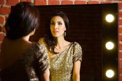 Ritratto di giovane bella donna sexy che sta specchio vicino con Immagine Stock