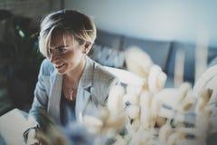 Ritratto di giovane bella donna sorridente al salone sorriso grazioso della ragazza mentre esaminando la macchina fotografica vag Immagine Stock Libera da Diritti