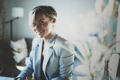 Ritratto di giovane bella donna sorridente al salone sorriso grazioso della ragazza mentre esaminando la macchina fotografica vag Immagine Stock