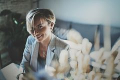 Ritratto di giovane bella donna sorridente al salone sorriso grazioso della ragazza mentre esaminando la macchina fotografica vag Fotografia Stock