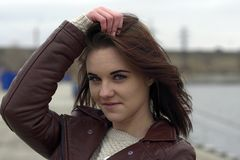 Ritratto di giovane bella ragazza con capelli marroni lunghi Un giorno nuvoloso di autunno sulla spiaggia Fotografia Stock Libera da Diritti