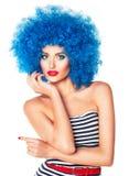 Ritratto di giovane bella ragazza con trucco luminoso in wi blu Immagine Stock Libera da Diritti