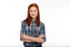 Ritratto di giovane bella ragazza dello zenzero sopra fondo bianco Immagini Stock