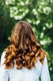 Ritratto di giovane bella ragazza esile con capelli ondulati dorati noi Immagine Stock