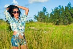 Ritratto di giovane bella ragazza ispanica su un campo di erba Immagini Stock Libere da Diritti