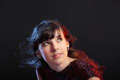 Ritratto di giovane bella ragazza su backg scuro Fotografie Stock
