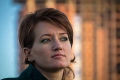 Ritratto di giovane bella ragazza in un cappotto verde scuro all'aperto Fotografie Stock Libere da Diritti
