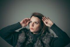 Ritratto di giovane bella ragazza in una pelliccia nera fotografie stock libere da diritti