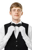Ritratto di giovane cameriere bello che ripara il suo farfallino su un vestito Immagine Stock Libera da Diritti