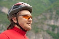 Ritratto di giovane ciclista in casco Immagini Stock Libere da Diritti