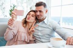 Ritratto di giovane coppia adorabile che prende un selfie immagine stock