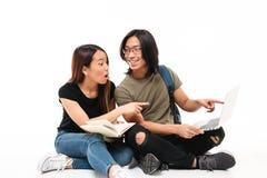 Ritratto di giovane coppia asiatica emozionante degli studenti Immagini Stock