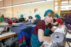 Ritratto di giovane cucitrice su un posto di lavoro nel backgro fotografia stock libera da diritti