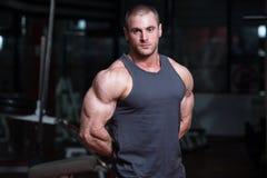 Ritratto di giovane culturista muscolare fisicamente misura immagini stock