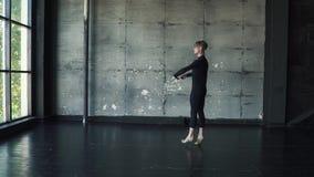 Ritratto di giovane dancing maschio del ballerino di balletto nello studio Movimento lento stock footage