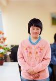 Ritratto di giovane donna adulta con giù la sindrome del ` s Fotografia Stock