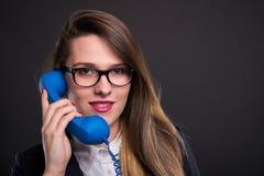 Ritratto di giovane donna di affari che parla sul telefono immagini stock