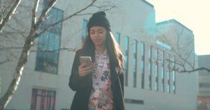 Ritratto di giovane donna afroamericana che per mezzo del telefono archivi video