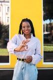 Ritratto di giovane donna afroamericana nella via immagini stock