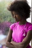 Ritratto di giovane donna afroamericana in palestra mentre mus d'ascolto Immagine Stock Libera da Diritti