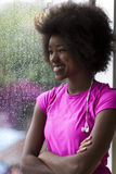 Ritratto di giovane donna afroamericana in palestra mentre mus d'ascolto Fotografia Stock Libera da Diritti