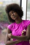 Ritratto di giovane donna afroamericana in palestra mentre mus d'ascolto Immagini Stock Libere da Diritti