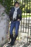 Ritratto di giovane donna al cancello fotografie stock libere da diritti