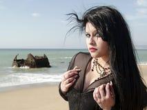 Ritratto di giovane donna alla spiaggia Immagine Stock Libera da Diritti