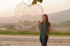 Ritratto di giovane donna asiatica con il segno del cuore Fotografia Stock