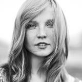 Ritratto di giovane donna attraente all'aperto Bianco e nero immagine stock