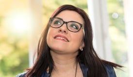 Ritratto di giovane donna attraente che cerca, effetto della luce Fotografia Stock Libera da Diritti