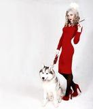 Ritratto di giovane donna attraente con un cane del husky Immagine Stock Libera da Diritti