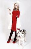 Ritratto di giovane donna attraente con un cane del husky Fotografia Stock Libera da Diritti
