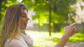 Ritratto di giovane donna attraente contro gli alberi stock footage